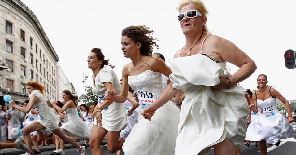 22.jul.2012 - Mais de trinta noivas participaram de uma corrida em Belgrado, na Sérvia, com os trajes de casamento