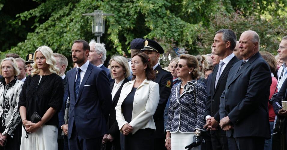 22.jul.2012 - Membros da família real norueguesa, a princesa Mette-Marit (a segunda, à esquerda), o príncipe herdeiro Haakon (o terceiro, à esquerda), a rainha Sonja (a terceira, à direita) e o Rei Harald (à direira), acompanhados do primeiro-ministro da Noruega, Jens Stoltenberg (o segundo, à direita) e sua mulher Ingrid Schulerud (a quarta, à direita) assistem à cerimônia que marca um ano do massacre em Oslo e na ilha Utoeya, oeste da capital