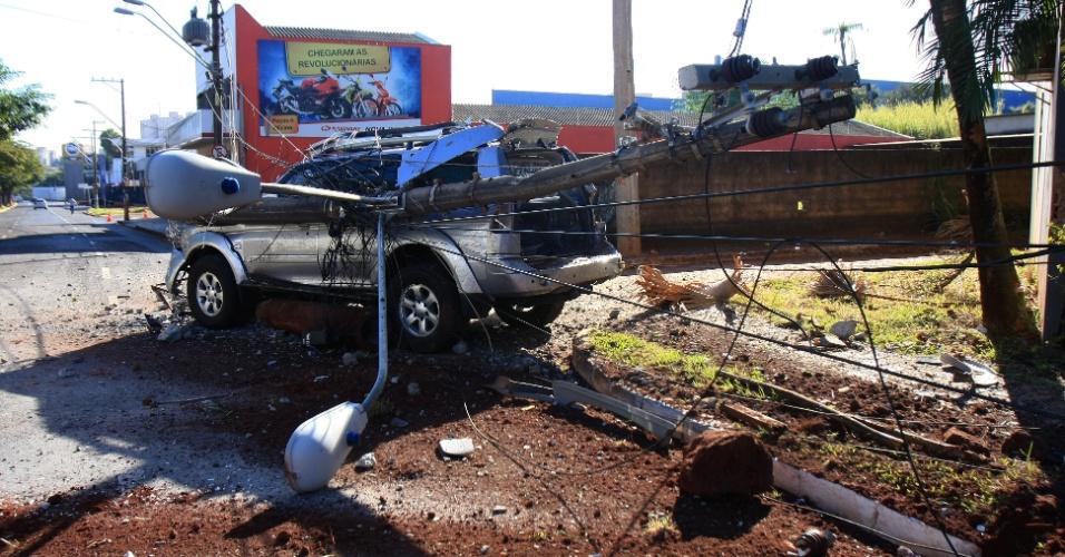 22.jul.2012 - Motorista derruba poste na avenida Francisco Junqueira, em Ribeirão Preto, interior de São Paulo