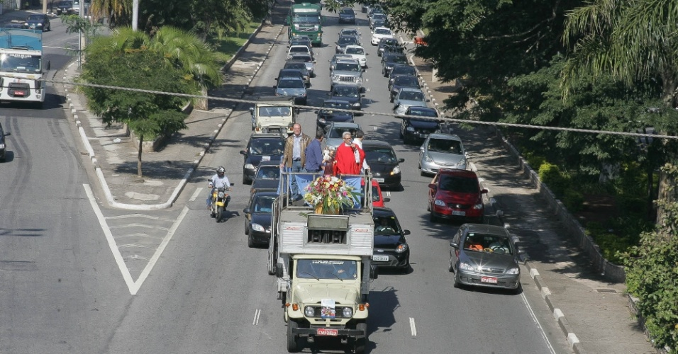 22.jul.2012 - Motoristas do Sindicato dos condutores em Transportes Rodoviários de Cargas Próprias de São Paulo participam de carreata em comemoração ao Dia de São Cristóvão, considerado o padroeiro dos motoristas, na capital paulista