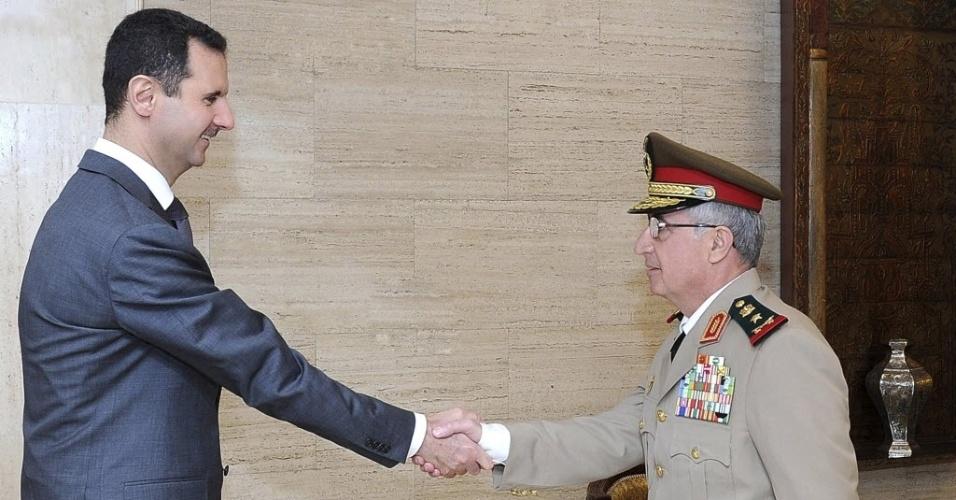 22.jul.2012 - Presidente sírio, Bashar al-Assad, se encontra com o chefe de Estado, Ali Abdullah Dayyoub, em Damasco, neste domingo. As forças do governo sírio e os rebeldes continuam enfrentando  combates pesados em diversas áreas de Aleppo, disse grupos de oposição