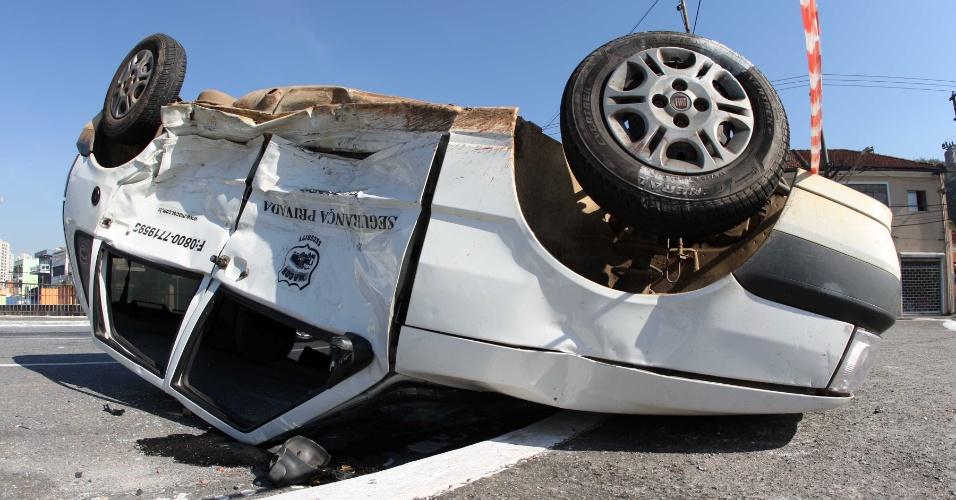 22.jul.2012 - Um carro capotou na avenida Engenheiro Caetano Alvares, zona norte de São Paulo, após bater em outro veículo