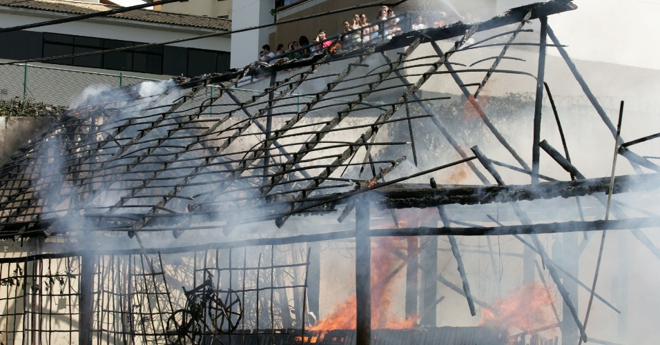 22.jul.2012 - Um incêndio destruiu parcialmente o restaurante Coco Bahia, na Avenida Magalhães Neto, na Pituba, em Salvador. Parte do escritório que funcionava no local e a área comum onde ficavam as mesas, decorada com palha e madeira, foram totalmente consumidos pelas chamas. Apenas a cozinha, onde estavam guardados cilindros de gás e botijões, não foi atingida. O fogo começou aproximadamente às 11h35 e foi controlado pelos bombeiros por volta das 13h20. Não houve feridos