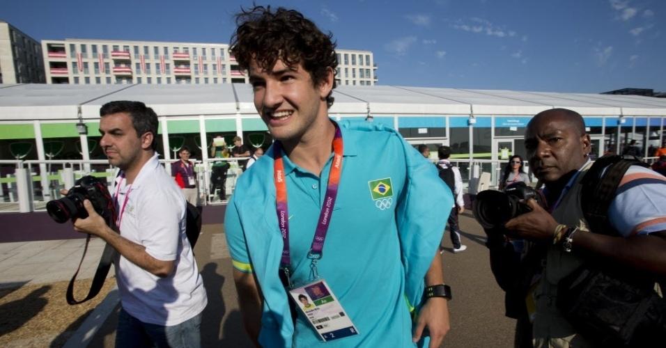 Alexandre Pato cercado de fotógrafos na Vila Olímpica de Londres