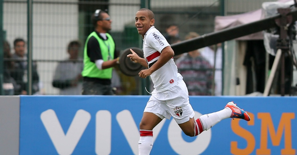 Atacante Ademilson comemora o primeiro gol do São Paulo na partida contra o Figueirense, em Florianópolis