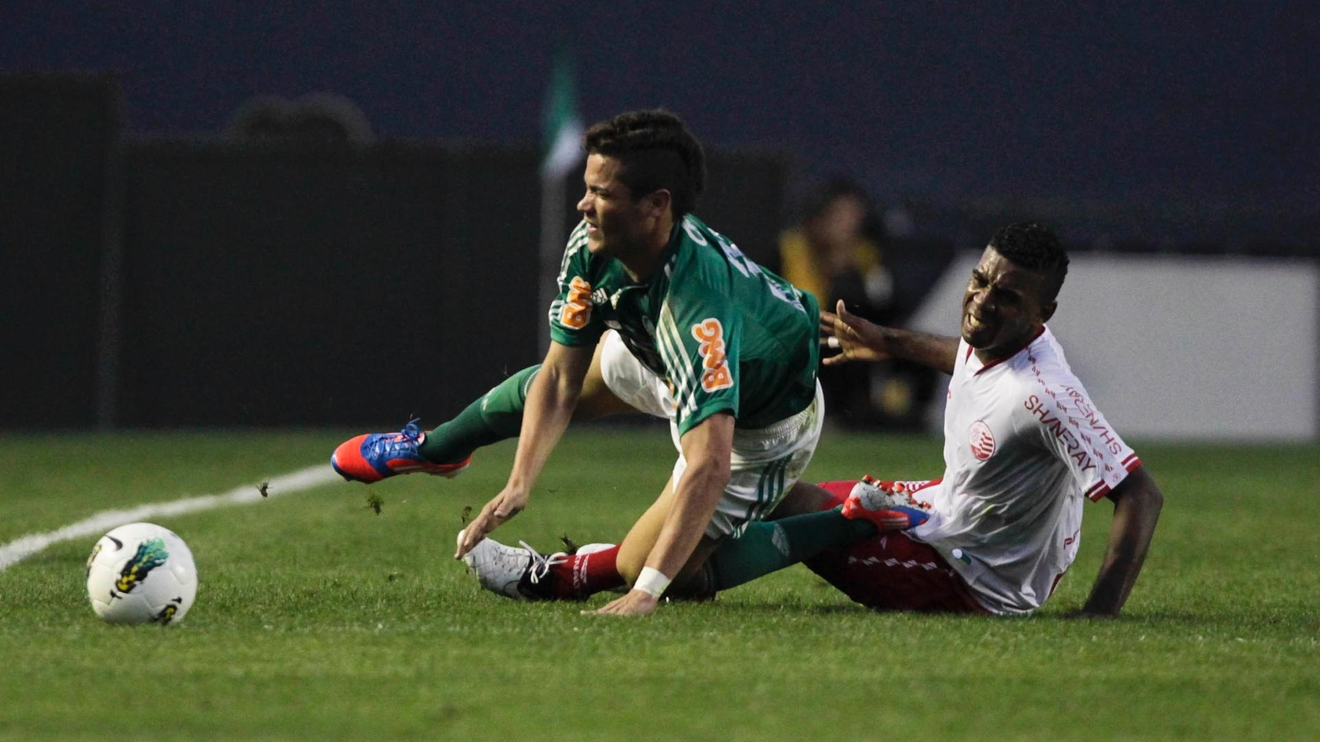 Atacante Betinho sofre com a dura marcação do jogador do Náutico na partida na Arena Barueri, pela 11ª rodada