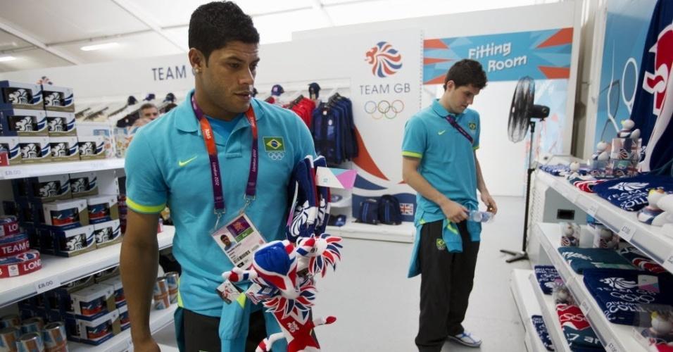 Atacante Hulk (e.) e goleiro Rafael (d.) fazem compras na loja de souvenir da Vila Olímpica