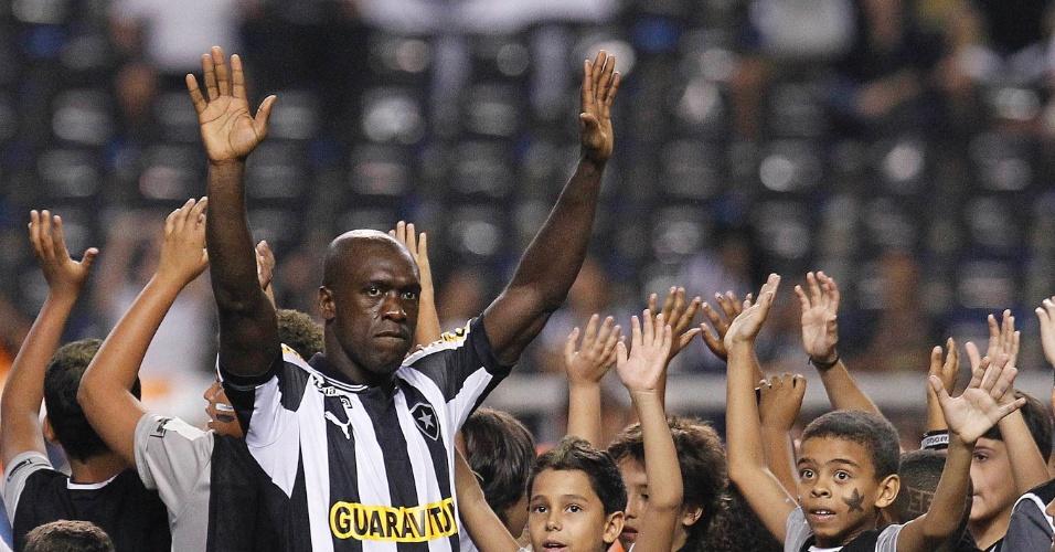 Cercado de crianças, meia holandês Seedorf acena para a torcida do Botafogo na sua estreia pela equipe no duelo contra o Grêmio, no estádio do Engenhão