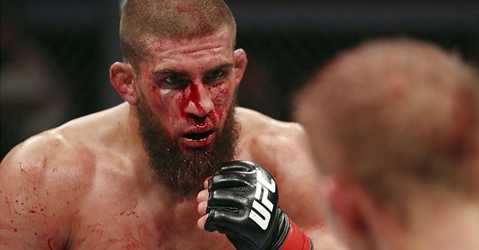 Court McGee encara Nick Ring durante derrota por deciso dividida