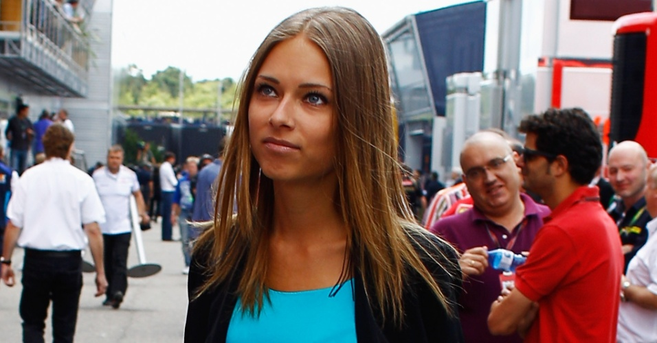Jul.2012 - Dasha Kapustina, namorada de Fernando Alonso, foi torcer pelo espanhol na Alemanha