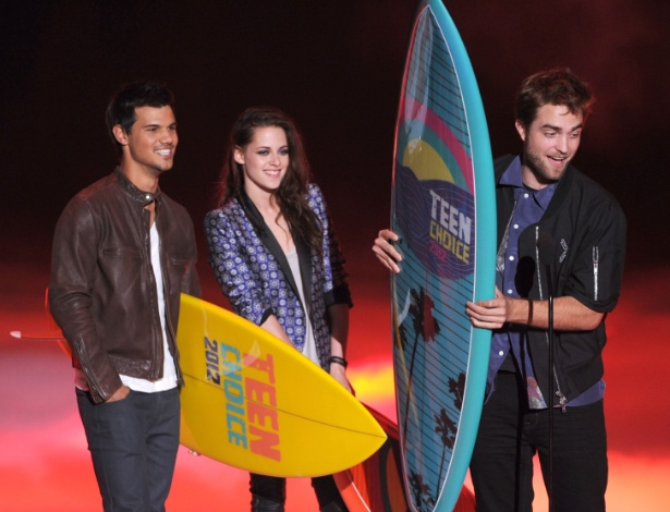 "Empunhando o prêmio ""Ultimate Choice Award"", Taylor Lautner, Kristen Stewart e Robert Pattinson participaram da premiação do canal Boomerang ""Teen Choice Awards"" (22/7/12)"