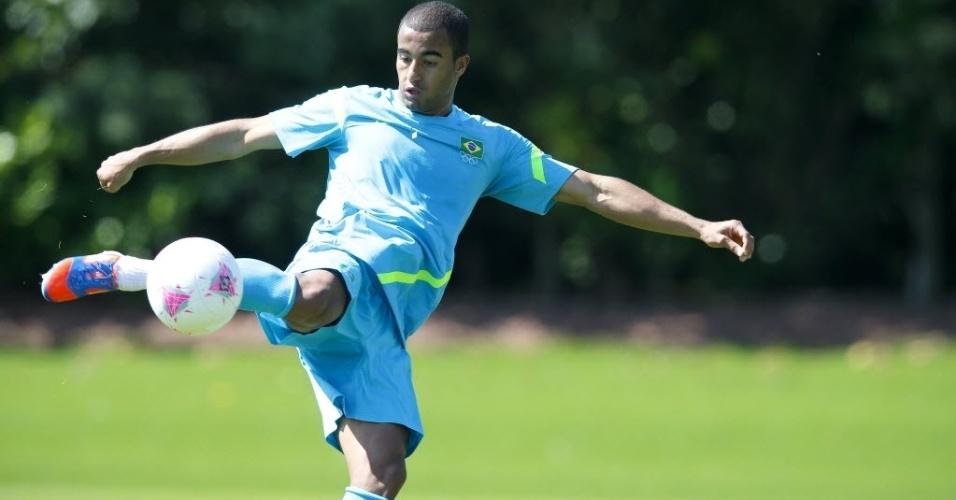 Lucas durante treino da seleção para os Jogos Olímpicos no campo do Arsenal, em Londres