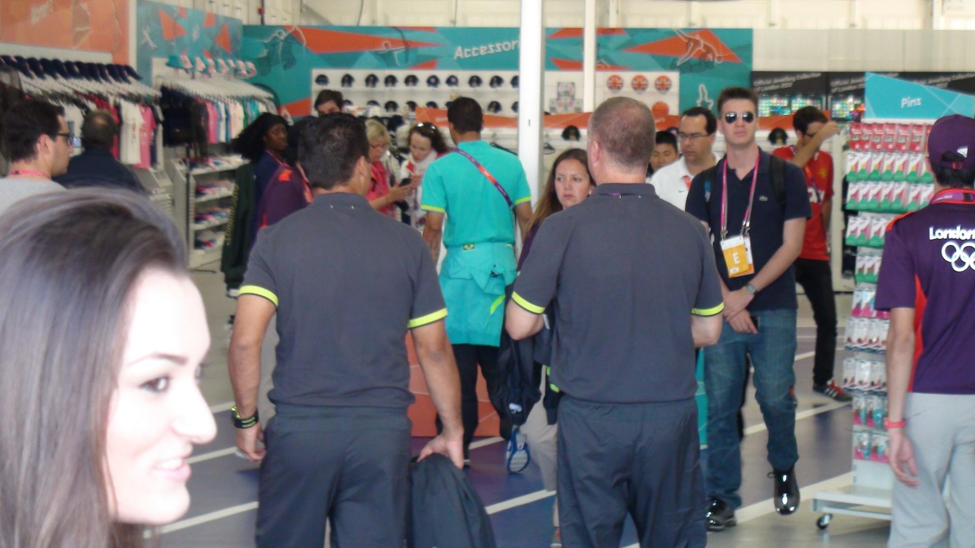 Mano Menezes (d.) e seu auxiliar Sydnei Lobo entram na loja de souvenir para fazer compras