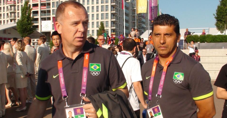 Mano Menezes e seu auxiliar Sydnei Lobo durante passeio pela Vila Olímpica