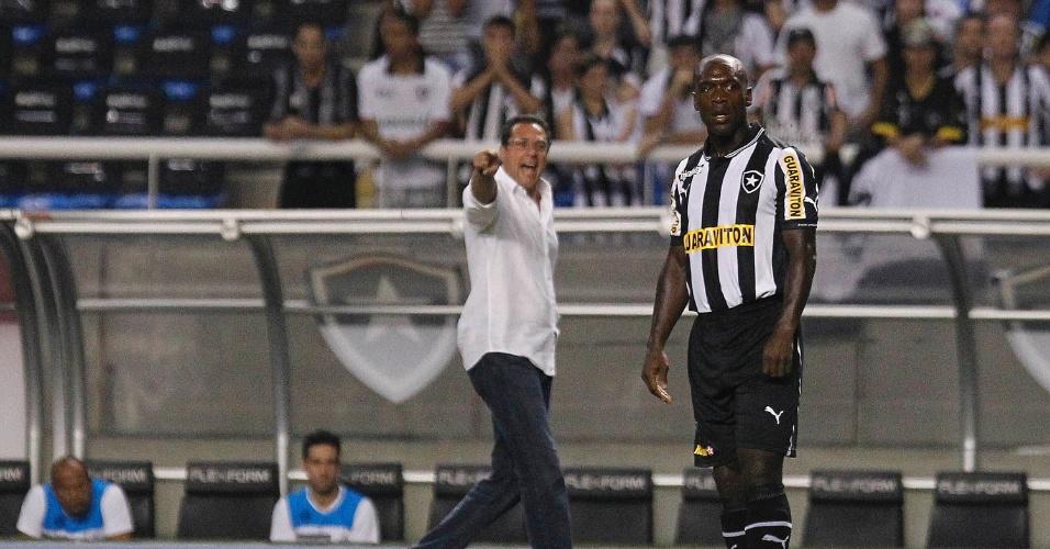 Meia holandês Seedorf se prepara para cobrar falta durante a partida contra o Grêmio, no estádio do Engenhão