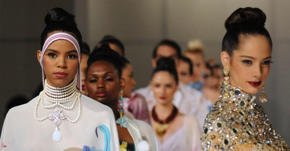 Modelos apresentam criações do estilista venezuelano Nidal Nouhaied durante semana de moda caribenha, em Santo Domingo (21/07/2012)