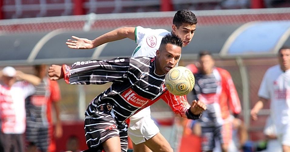 O Catumbi (preto) goleou o Parque Maria Domitila (branco) por 4 a 1 e conquistou a 6ª vitória seguida