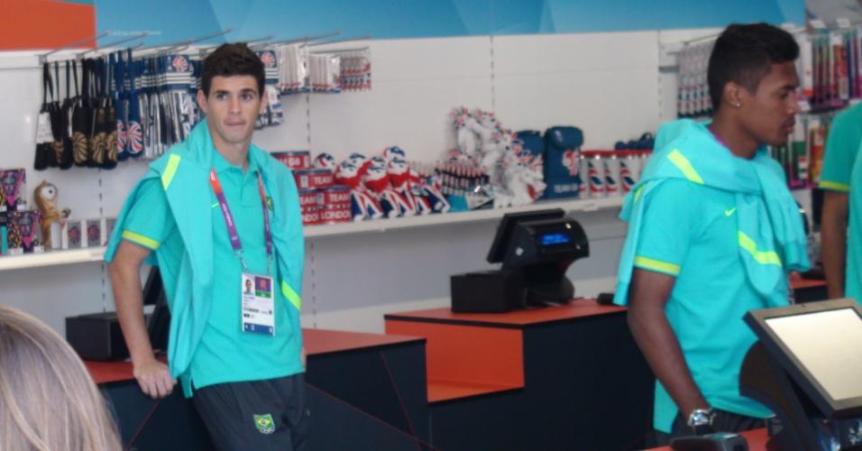 Oscar e Alex Sandro na loja oficial de souvenir da Vila Olímpica