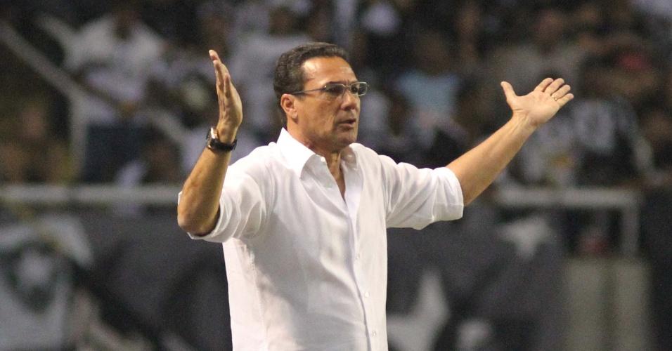 Técnico Vanderlei Luxemburgo gesticula durante a partida entre Botafogo e Grêmio, no estádio do Engenhão