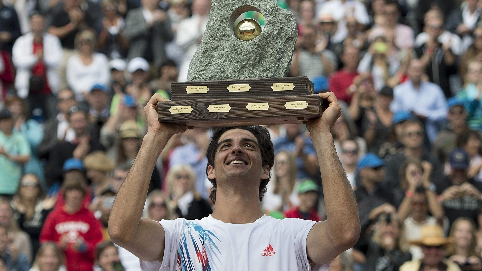 Thomaz Bellucci ergue o trofu de campeo do Torneio de Gstaad-2012