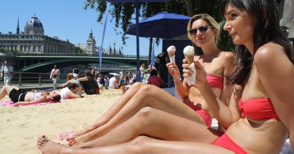 23.jul.2012 - Mulheres aproveitam dia ensolarado em praia artificial de Paris, na França