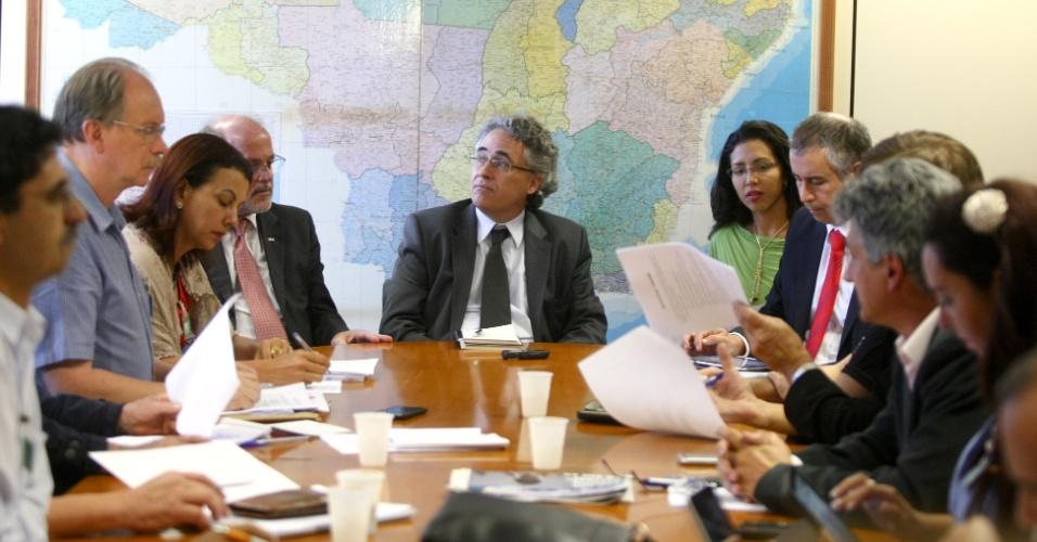 23.jul.2012 - Representantes de sindicatos de professores são recebidos pelo governo em reunião no  Ministério do Planejamento, na tarde desta segunda-feira (23), em Brasília