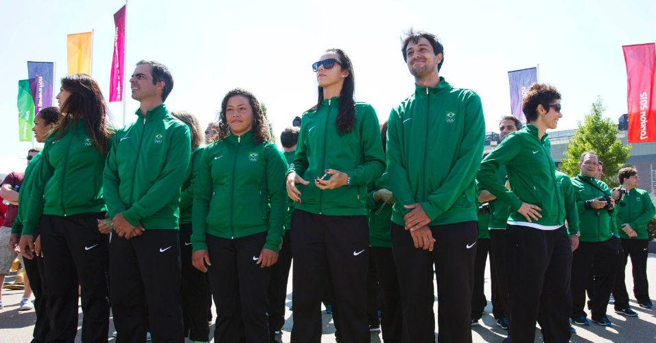 Atletas brasileiros acompanham hasteamento da bandeira do Brasil na Vila Olímpica