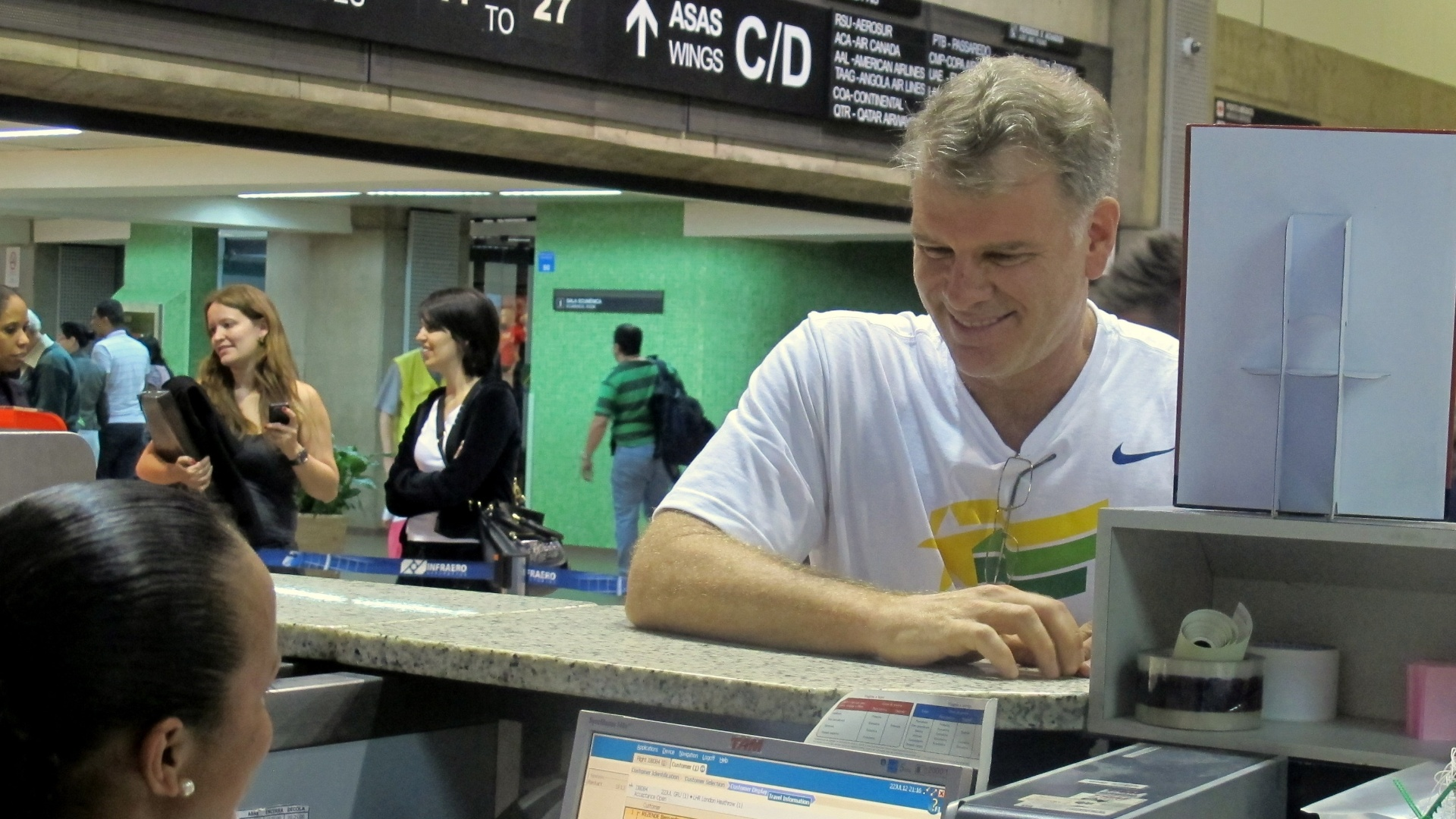 Bernardinho faz check-in no aeroporto de Guarulhos no embarque da seleo masculina de vlei para Londres (22/07/2012)