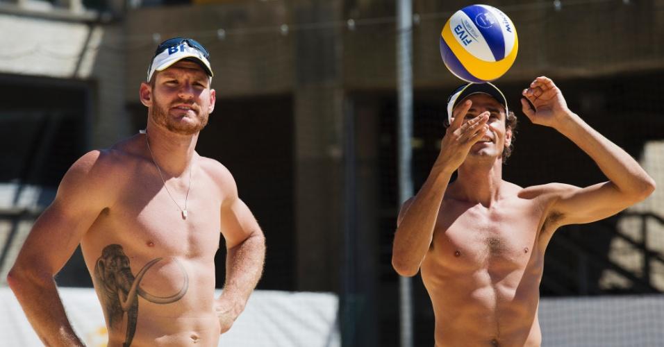 Brasileiros Alison (e) e Emanuel treinam na arena de vôlei de praia do Crystal Palace (22/07/2012)