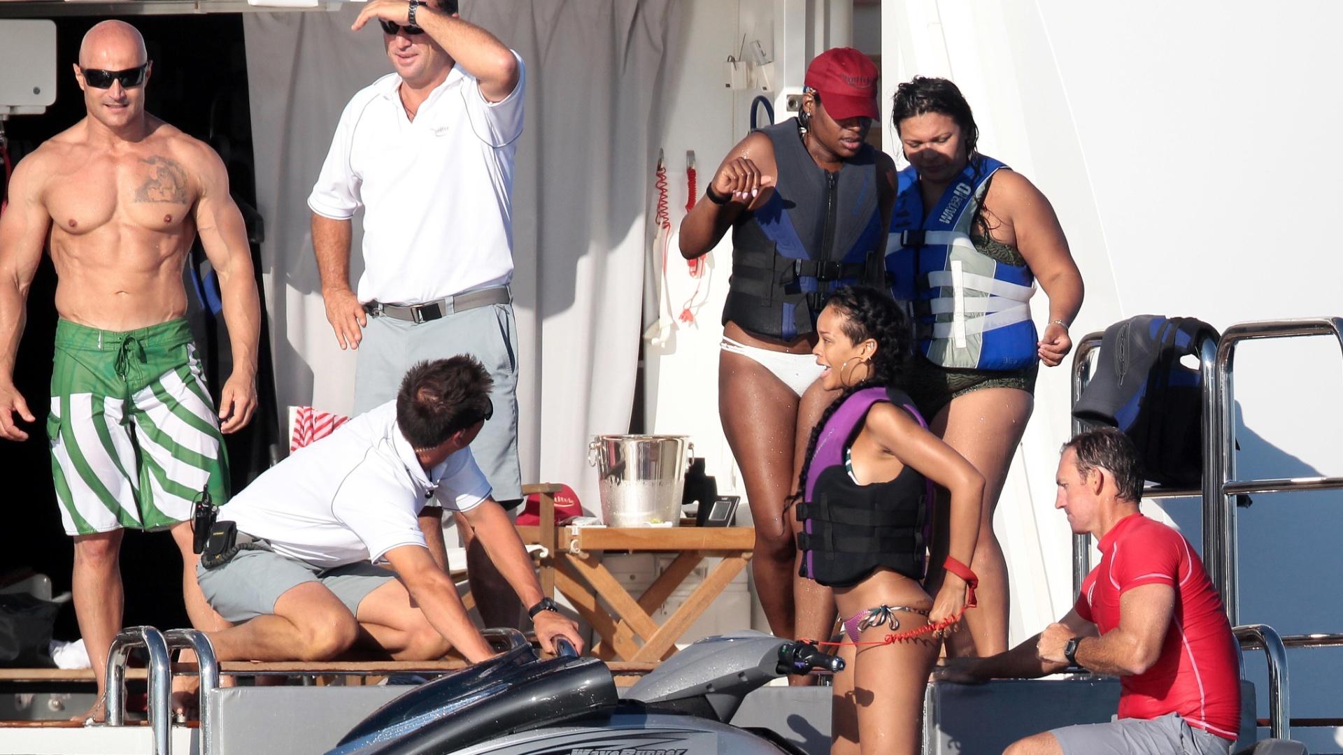 Cantora Rihanna deixa à mostra a boa forma e se diverte ao lado dos amigos em Saint Tropez, na França. Rihanna passeou de jet ski e deu muitas risadas (20/7/12)