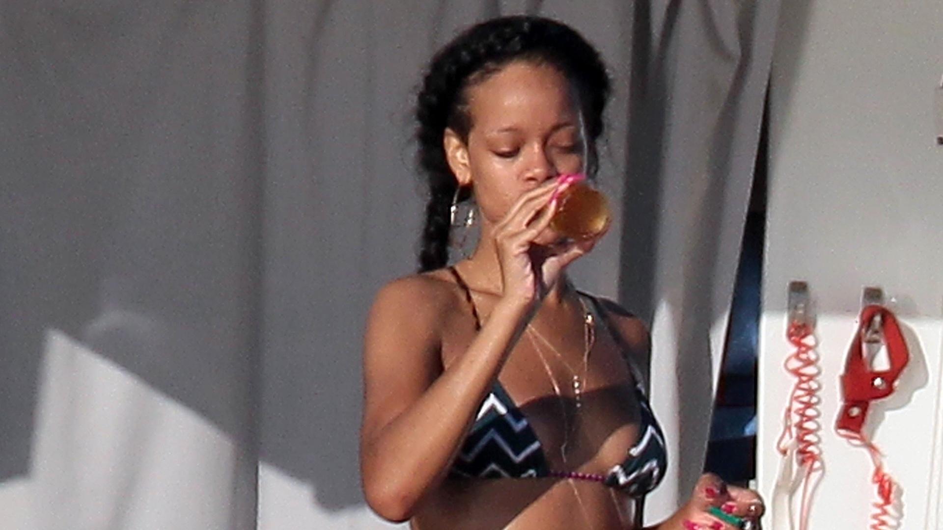 Cantora Rihanna se refresca em Saint Tropez, na França. Rihanna passeou de jet ski e deu muitas risadas ao lado dos amigos (20/7/12)