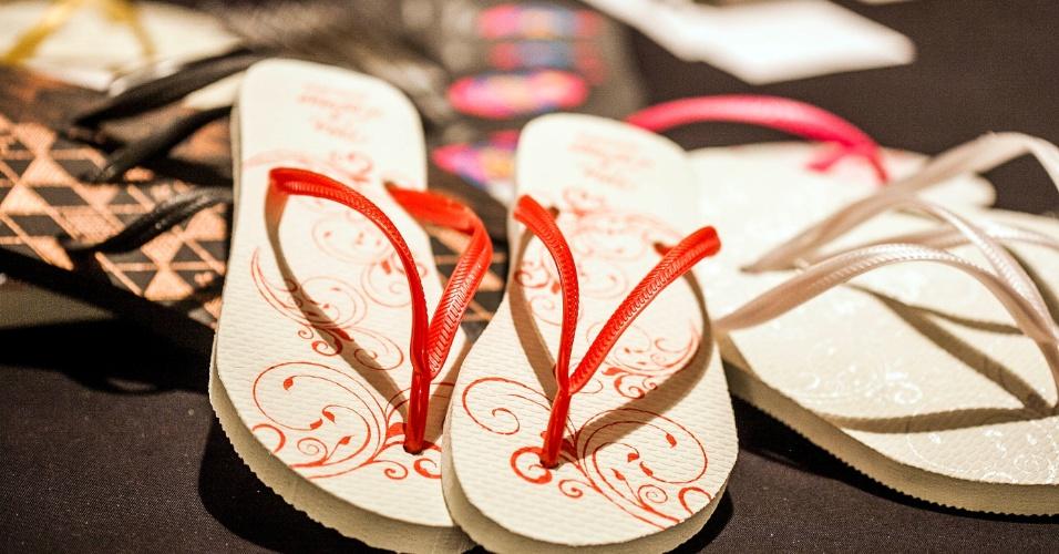 Chinelos personalizados para convidados da Arte no Chinelo (www.artenochinelo.com.br). O par sai por R$ 6,90. Preço pesquisado em julho de 2012 na feira Checklist Noivas e sujeito a alterações (22/07/2012)
