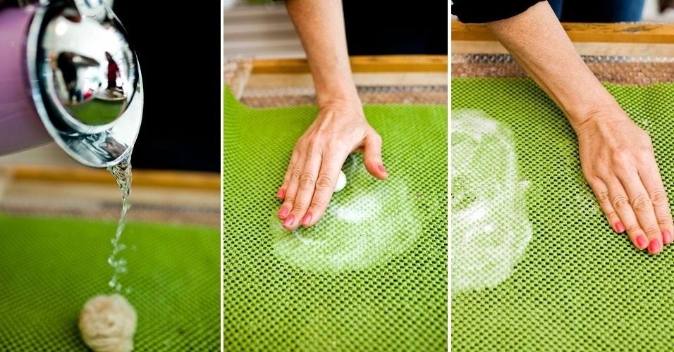 Derrame um pouco da solução de água e sabão sobre o chumaço, rolando-a na tela até formar uma pequena esfera do tamanho desejado. Em seguida, role-o na parte mais seca da tela, até perceber que a esfera encolheu de tamanho