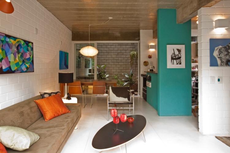 decoracao de apartamentos pequenos de baixo custo: de portas de vidro com três folhas, estruturadas em caixilhos de