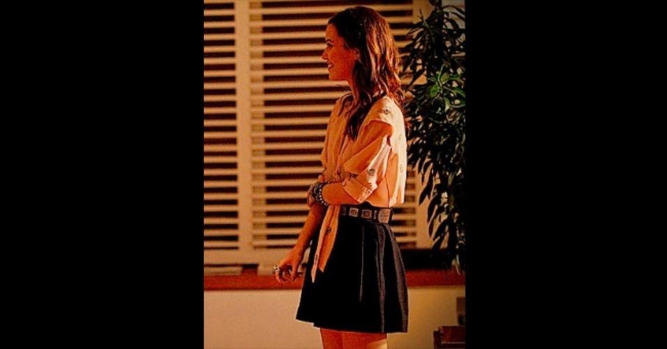 Em alguns momentos, Débora (Nathalia Dill) também usa saias curtas. Os modelos costumam ser acinturados e volumosos, combinados com blusas soltinhas, sapatos pesados e muitos acessórios