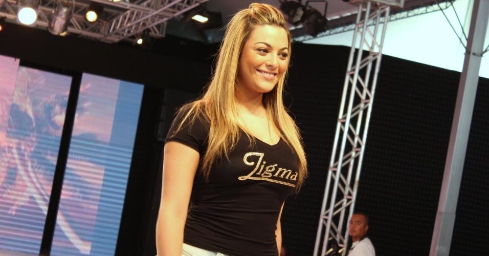 Ex-BBB Monique Amin desfila em evento de moda no Paraná (23/7/2012)