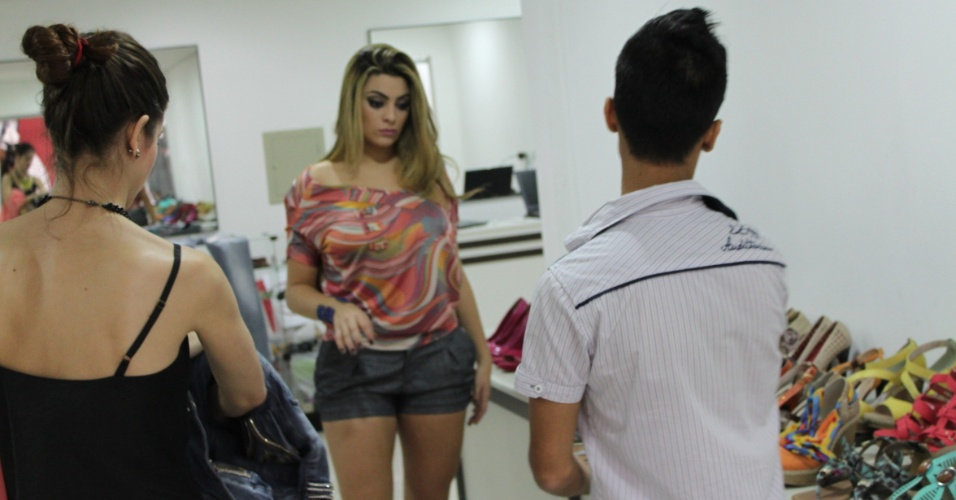 Ex-BBB Monique Amin posa para cat&#225;logo de moda no Paran&#225; (23/7/2012)