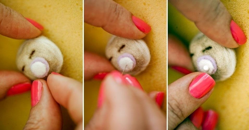 Fixe e dê acabamento da chupeta com o alfinete de cabeça, sempre lembrando de realizar o procedimento sobre o bloco de espuma