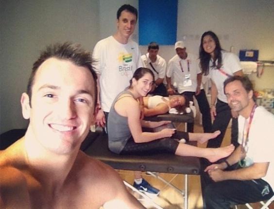 Ginastas Daniele e Diego Hypolito fazendo trabalho de fisioterapia dentro da Vila Olímpica