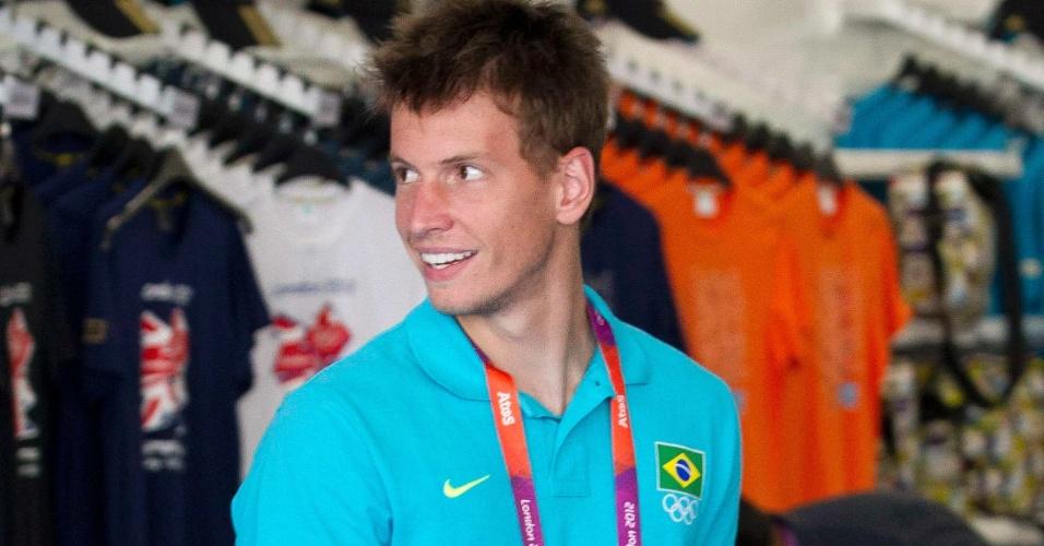 Goleiro Neto passeia pela loja oficial durante visita da seleção brasileira à Vila Olímpica (22/07/2012)