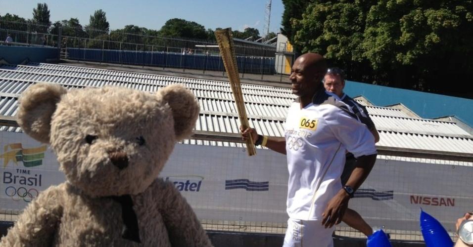 Misery Bear acompanha passagem da tocha olímpica por Crystal Palace