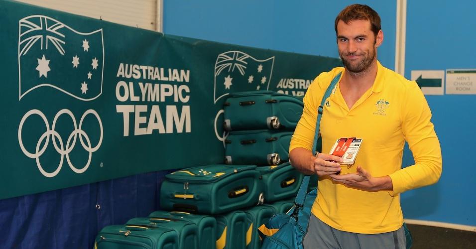 Nadador Matt Targett recebe seu uniforme na chegada ao centro de treinamento da equipe australiana em Londres (22/07/2012)