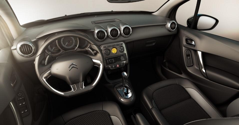 O interior foi reformulado e ganhou ares de AirCross, com volante de base reta, cluster com fundo branco e cinco saídas de ar arredondadas