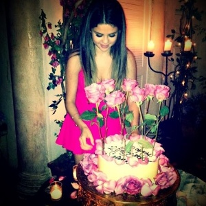 Selena Gomez completa 20 anos e ganha bolo de aniversário (22/7/12)