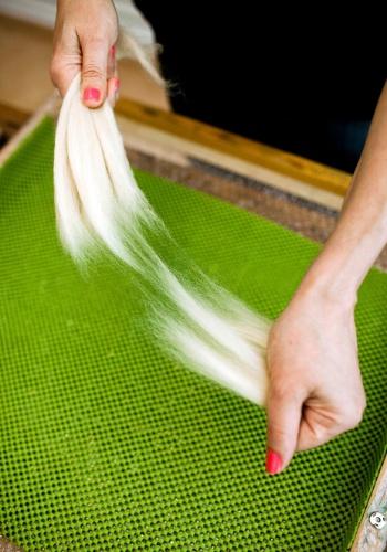 Separe quatro mechas da lã merino branca para fazer a cabecinha do bebê