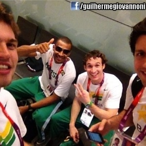 Tiago Splitter, Leandrinho, Marcelinho Huertas e Guilherme Giovannoni tiram foto na Vila Olímpica