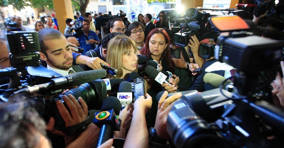 24.jul.2012 - A advogada de Carlinhos Cachoeira, Dora Cavalcanti, é cercada por jornalistas ao chegar nesta terça-feira (24) à Justiça Federal de Goiânia