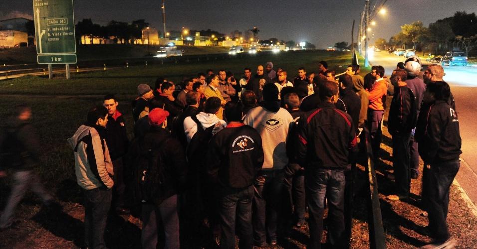 24.jul.2012 - Cerca de 300 funcionários se reuniram na porta da fábrica da General Motors (GM) em São José dos Campos (SP), na madrugada desta terça-feira (24). A empresa divulgou um comunicado anunciando o fechamento da planta e dispensou todos os funcionários