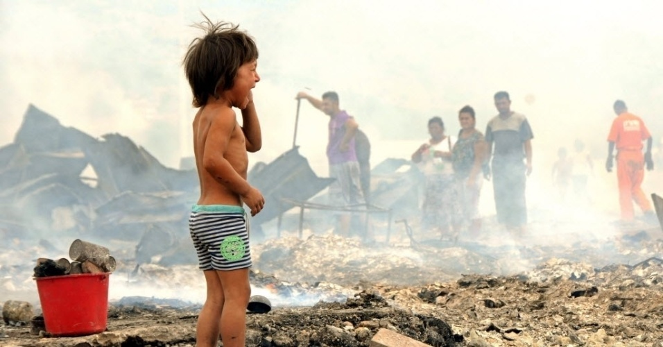 24.jul.2012 - Crian&#231;a chora em  acampamento de refugiados romenos, em Podgorica (Montenegro), nesta ter&#231;a-feira (24)