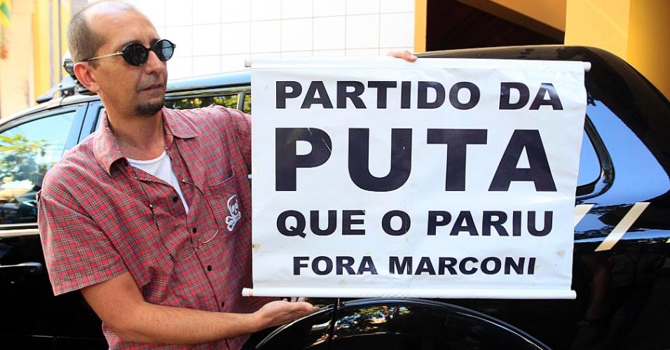 24.jul.2012 - Manifestante segura cartaz em frente ao prédio da Justiça Federal de Goiânia, nesta terça-feira (24), onde vão acontecer os depoimentos de defesa e acusação dos réus das investigações da operação Monte Carlo